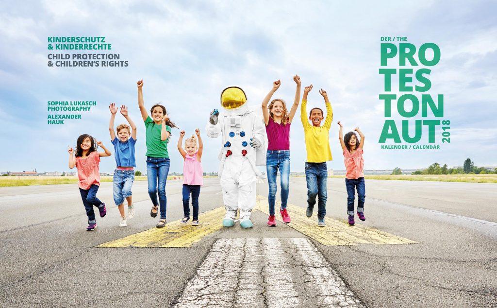 Titelblatt Protestonaut-Kalender 2018 zum Thema Kinderschutz und Kinderrechte